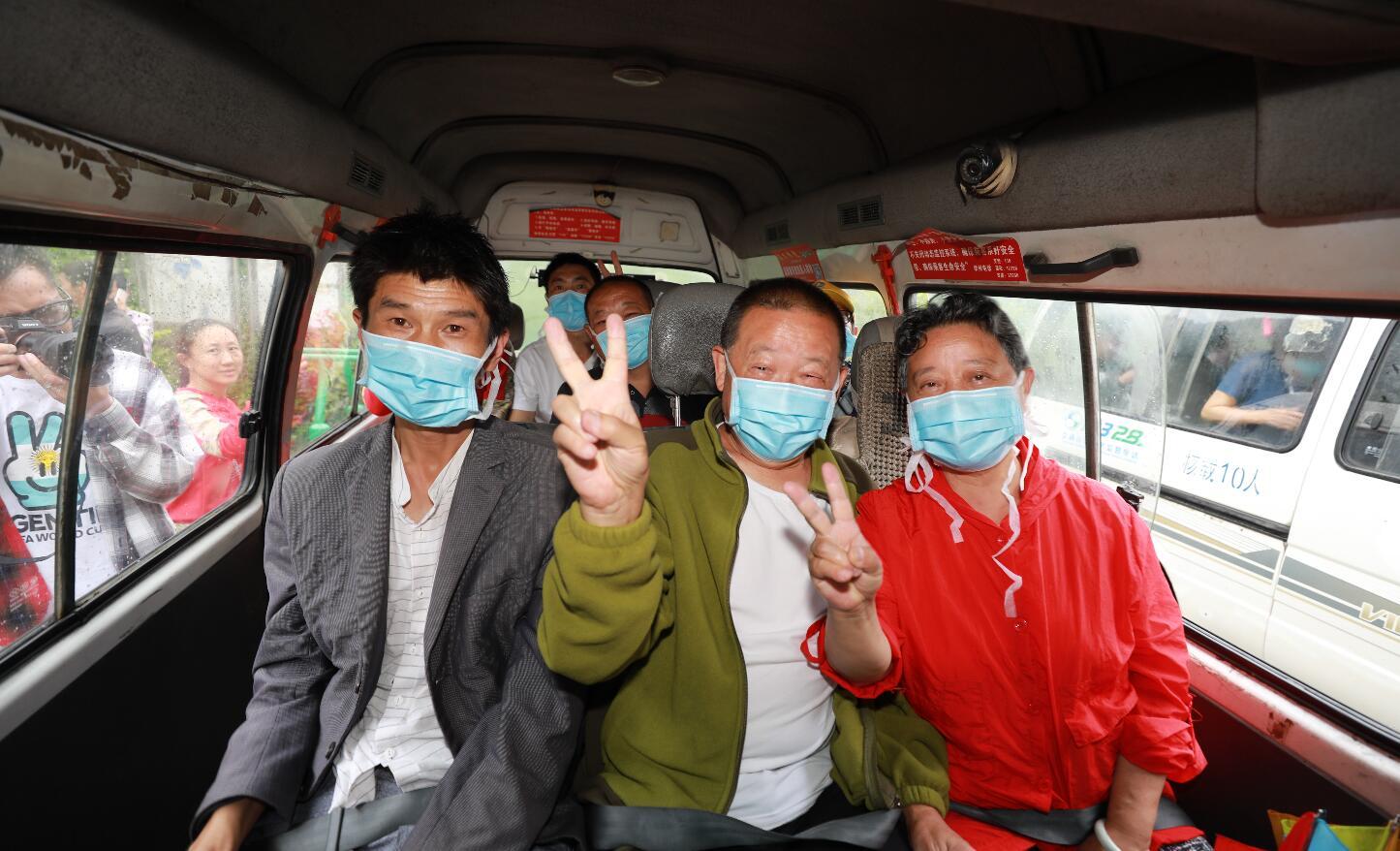 宝兴县曹家村:锣鼓喧天!村民终于坐上了通村客车