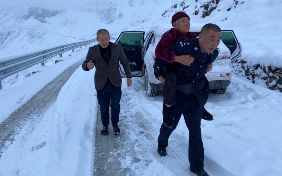 14人夹金山被困  民警两次出警紧急救援