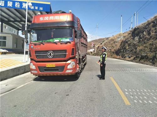 汉源交警整治货车违法行为 筑牢安全防线