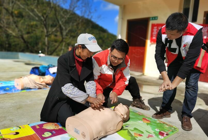 为彝家山寨培养应急救护力量