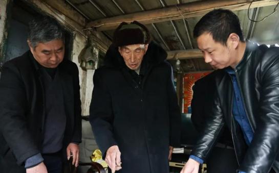 """九旬老人捐赠手绘青元宫地图  创作花费32年 还原""""儿时乐园"""""""