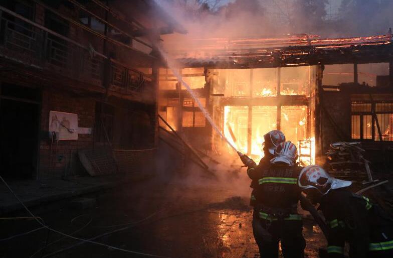 消防战士勇闯火场救出被困老人